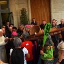 1.-Capa_Papa-Francisco-recebe-uma-das-canoas-na-entrada-da-sala-so-Sínodo_Foto_Jaime-C.-Patias-1-1536x889