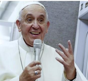 Papa durante a conversa com os jornalistas. Foto: AFP