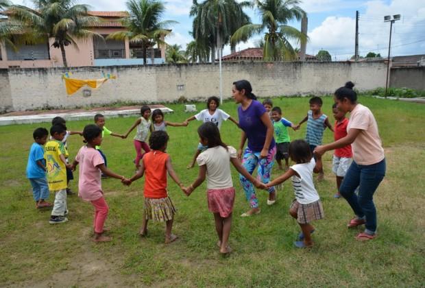 Atividades com as crianças antes da refeição na comunidade Sagrado Corações