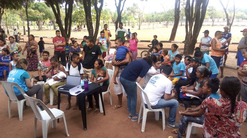 Equipe do ACNUR cadastra indígenas Warao na paraça