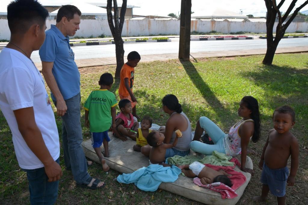 Mães warao com crianças conversam com P. Luiz C. Emer no Parque ao lado do Abrigo Pintolândia em Boa Vista RR