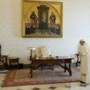 Papa-Francisco-rezando-VATICANMEDIA