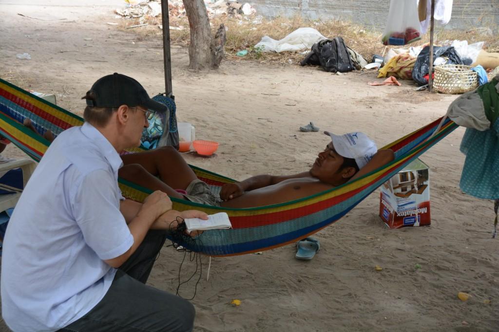 Wilson Vlademir Cortez conversa com P. Jaime C. Patias. Ele chegou com cinco filhos para tratamento médico e há três meses está na rua.doc