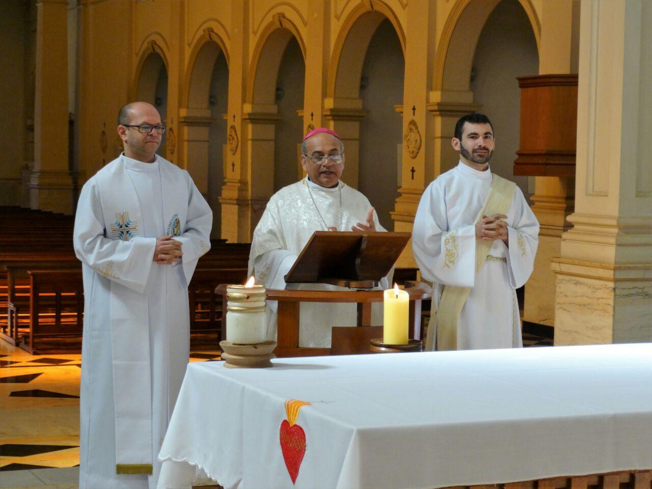 Da esq. para a dir.: padre Matheus, dom Francisco Carlos e o diácono Luiz no retiro anual do clero da diocese de Lins.