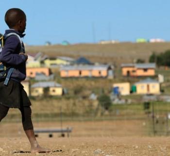 crianca-caminha-para-a-escola-em-qunu-uma-pequena-vila-rural-fora-da-cidade-de-mthatha-na-africa-do-sul-1378310062860_956x500