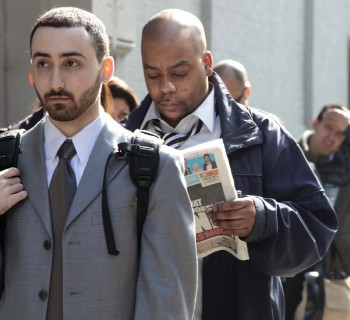 David Alpert, left, and other job seekers line up outside of the Metropolitan Pavilion for a Careerbuilder.com career fair in New York, U.S., on Thursday, April 2, 2009. The number of Americans seeking jobless benefits last week climbed to the highest level in 26 years, providing a reminder that unemployment will keep mounting long after the economy stabilizes. Photographer: Jeremy Bales/Bloomberg News   cultura