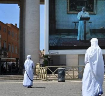 Missionárias na Caridade acompanham o Regina Coeli pelo telão instalado na Praça São Pedro  (AFP or licensors)