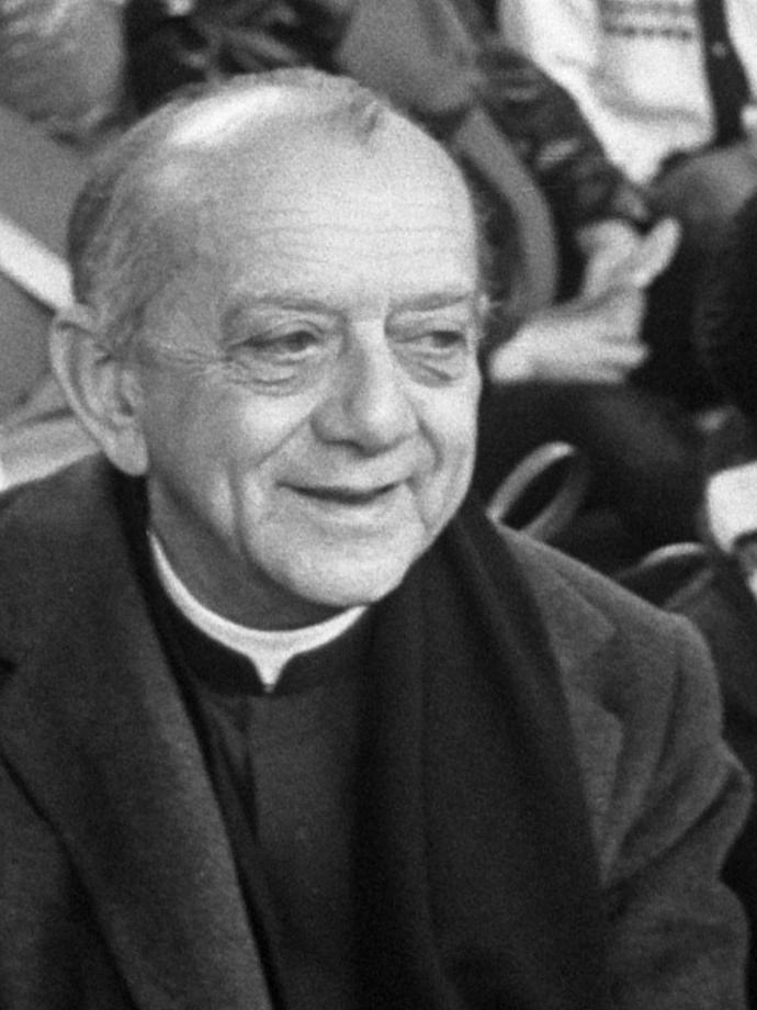 Braziliaanse bisschop Don Helder Camara bij eucharistieviering in Den Bosch; tussen de deelnemers aan de Pax Christi voettocht  *27 oktober 1974