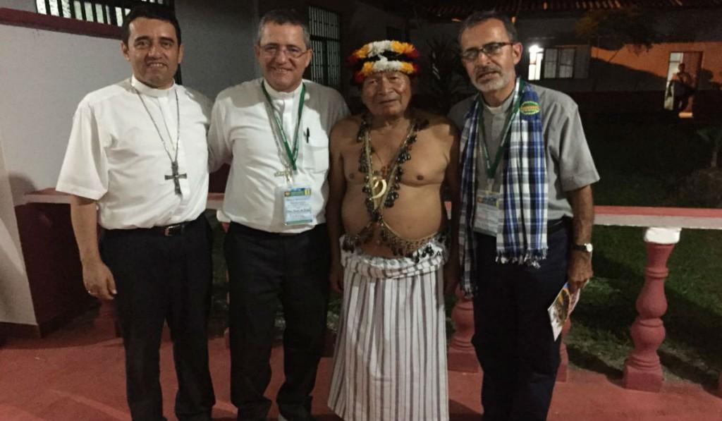 Bispos de Caquetá e Putumayo com indígena Shuar da Amazônia.