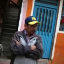 Panos vermelhos pendurados numa janela para servir as pessoas que vivem em bairros pobres, um sinal de socorro para receber ajuda e subsídios do governo em meio ao surto de coronavírus, Soacha, Colômbia