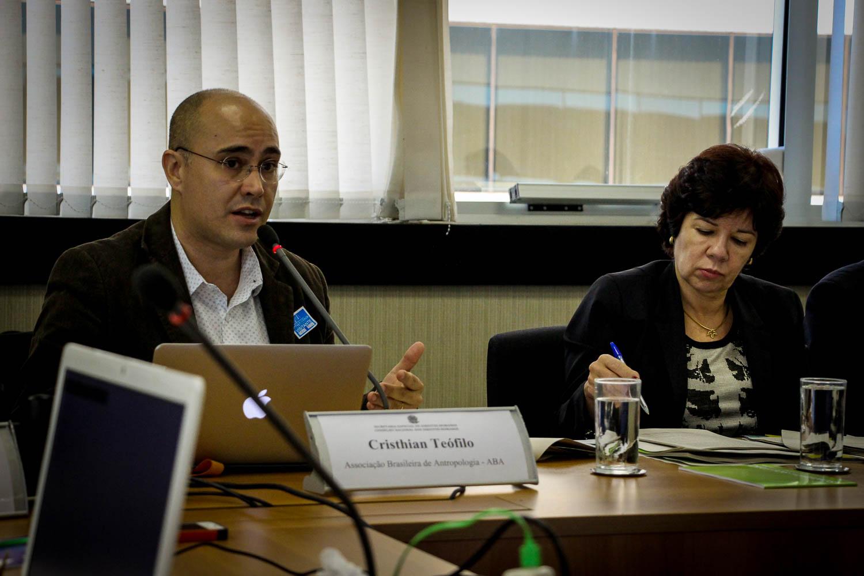 Cristian Teófilo, da Associação Brasileira de Antropologia (ABA), apresentou o relatório.