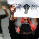 """""""Vidas negras importam"""", diz o cartaz no protesto contra a morte de George Floyd, em Bruxelas, Bélgica"""