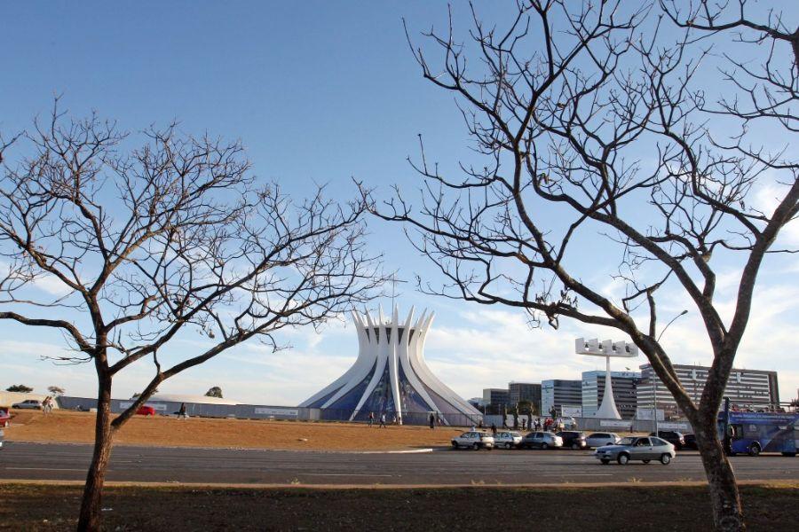Vegetação seca na Esplanada dos Ministérios, em Brasília, nesta segunda-feira