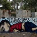 6set2015---homem-passa-por-um-grafite-que-retrata-o-menino-sirio-aylan-shenu-3-encontrado-morto-em-uma-praia-na-turquia-em-muro-na-cidade-de-soro(1)