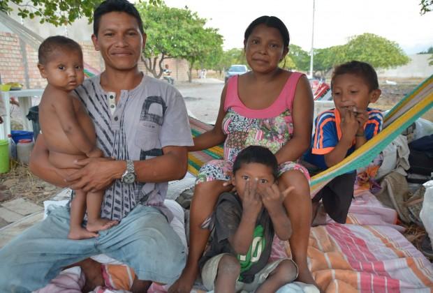 Chila com seu esposo Elvis e as crianças acampados em terreno baldiu no bairro Pintolândia em Boa Vista