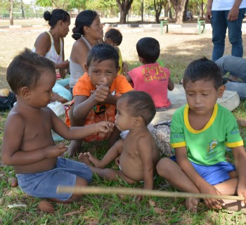 Crianças warao na praça Germano Sampaio em Boa Vista acompanhadas pela Equipe Itinerante IMC.