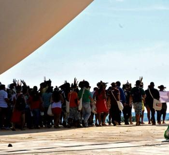 JC_Indios-protestam-na-marquise-do-Congresso-Nacional-em-Brasilia_16122015004