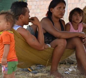 Jonny Martinez Cortez y Edilmira del Carmen com os filhos em baixo de um cajueiro