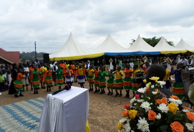 crincas dancando durante a liturgia