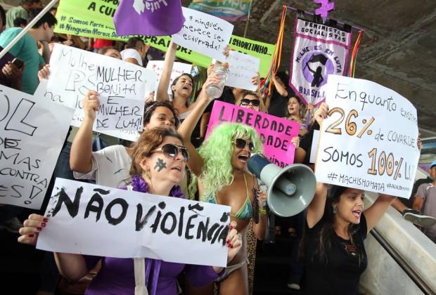ADFE957  BSB -  05/04/2014  - FEMINISTAS / MANIFESTAÇÃO - METROPOLE -  Mulheres integrantes de movimentos feministas e simpatizantes da causa participam de protesto contra a violência contra a mulher na Rodoviária, em Brasília. Cerca de 70 pessoas com cartazes e faixas caminharam do museu da república até a rodoviária de Brasília gritando palavras de ordem contra o estupro e a violência sexual contra a mulher. A marcha foi motivada pela pesquisa do IPEA que afirmou inicialmente que 65% da população achava que mulheres usando pouca roupa mereciam ser estupradas, ontem o Instituto corrigiu o número pra 26%, afirmando ter havido um erro no  número anteriormente divulgado. A Manifestação foi na Rodoviária Central , em Brasilia.  FOTO: ANDRE DUSEK/ESTADAO