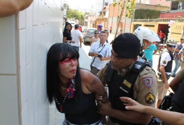 Índia Xacriabá é presa durante manifestação no desfile da Independência em Montes Claros, MG.